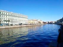 Den Fontanka floden i solsken St Petersburg arkivfoto