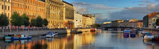Den Fontanka floden på gryning i St Petersburg Royaltyfria Foton
