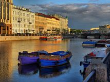 Den Fontanka floden på gryning i St Petersburg Arkivfoto