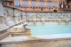 Den Fonte Gaia springbrunnen av glädje, monumental springbrunn i piazza Arkivfoto