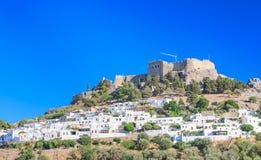 Den forntida akropolen av Lindos och den moderna staden rhodes Arkivfoto