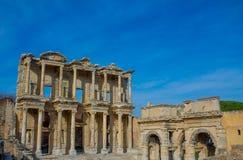 Den forntida antika staden av Efes, det Ephesus Celsus arkivet fördärvar i Turkiet arkivfoton