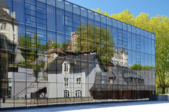 Den forntida arkitekturen i den spegelmoderna väggen Arkivbild