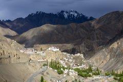 Den forntida Bononian buddistiska kloster Lamayuru bland gulingen vaggar av klyftan, Ladakh, Himalayas, nordliga Indien Fotografering för Bildbyråer