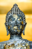 Den forntida buddha statyn Arkivfoton