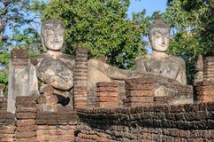Den forntida buddha statyn och fördärvar templet i Thailand arkivfoton