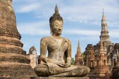 Den forntida buddha statyn på den historiska sukhothaien parkerar Arkivbilder
