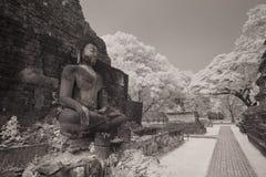 Den forntida buddha statyn på den historiska sukhothaien parkerar Arkivfoto