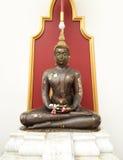 Den forntida Buddha statyn sitter fotografering för bildbyråer