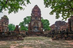 Den forntida Buddhastatyn, En khmer-stil prangs och fördärvar på Wat Mahathat, Phra Nakorn Sri Ayutthaya, Thailand En plats för U Royaltyfri Fotografi