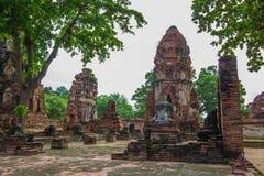 Den forntida Buddhastatyn, En khmer-stil prangs och fördärvar på Wat Mahathat, Phra Nakorn Sri Ayutthaya, Thailand En plats för U Arkivfoton