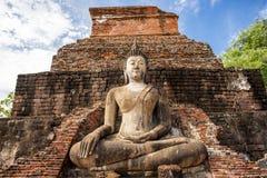 Den forntida Buddhastatyn på historiska Sukhothai parkerar, den Mahathat templet, Thailand Royaltyfri Bild