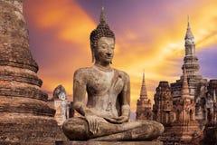 Den forntida Buddhastatyn på historiska Sukhothai parkerar, den Mahathat templet, Thailand Arkivbilder