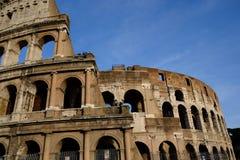 Den forntida coliseumen fördärvar i rome på bakgrund för djupblå himmel royaltyfria bilder