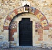 Den forntida dörren med dekorativt belägger med tegel Royaltyfria Foton