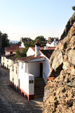 den forntida fästningen houses vita väggar Arkivbilder
