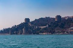 Den forntida fästningen Rumelihisari är en fästning som lokaliseras på en kulle på den europeiska sidan av Bosphorusen, Turkiet royaltyfria bilder