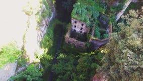 Den forntida flyg- sikten av Abandoned maler i klyftan Sorrento stad, Italien, gata av den gamla staden f?r berg, turismbegrepp stock video