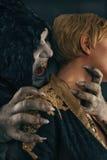Den forntida gigantiska vampyrdemonen biter en kvinnahals Fant allhelgonaafton Arkivbilder