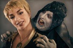 Den forntida gigantiska vampyrdemonen biter en kvinnahals Fant allhelgonaafton Royaltyfria Bilder