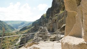 Den forntida grottakloster Vardzia - Georgia stock video