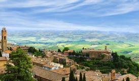 Den forntida italienska staden av Montalcino Royaltyfria Bilder