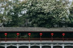 Den forntida kinesiska korridoren dekorerar med lyktan royaltyfri bild
