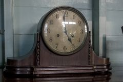 Den forntida klockan är på tabellen arkivbilder