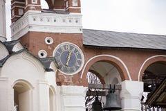 Den forntida klockan på väggen av kyrkan, stad Suzdal, guld- cirkel av Ryssland Arkivbilder