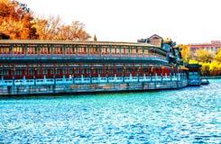 Den forntida korridoren Jade Flower Island Beihai Lake parkerar PekingChi royaltyfri foto