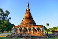 Den forntida Lanka-Sukhothai stilbuddisten Stupa fördärvar av Wat Sorasak i den historiska Sukhothaien parkerar, Thailand Arkivfoton