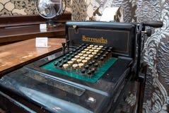 Den forntida mekaniska räknemaskin`en Burroughs som tillfogar ` för maskin Co, Royaltyfri Bild