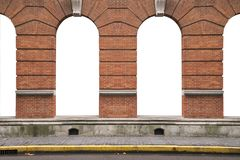 Den forntida orange tegelstenväggen och inretappning välva sig fönsterfram fotografering för bildbyråer