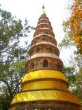 Den forntida pagoden i thailändsk tempel Arkivbild