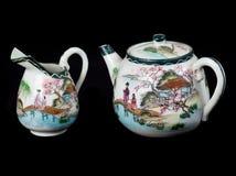 den forntida porslintillbringaren mjölkar teapoten Fotografering för Bildbyråer