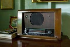 Den forntida radion har ett stycke av trä royaltyfri bild