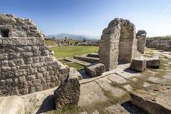 Den forntida romaren fördärvar nära staden som delas i Kroatien Royaltyfri Bild