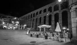 Den forntida romerska akvedukten i Segovia på natten arkivfoto