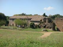 Den forntida romerska lantgården i det naturligt parkerar av det forntida arkeologiska området av den forntida Appiaen till Rome  Fotografering för Bildbyråer