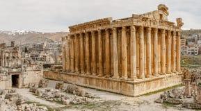 Den forntida romerska templet av bacchusen med att omge fördärvar och staden, Bekaa Valley, Baalbek, Libanon royaltyfri fotografi