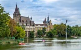 Den forntida slotten i mitten av Budapest Ungernmonument av arkitektur royaltyfri fotografi