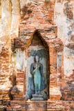 Den forntida stående Buddhastatyn i Ayutthaya, Thailand Arkivbilder