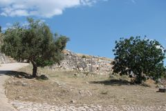 Den forntida staden av Mycenae på halvön Peloponnese Grekland 06 19 2014 Landskapet av fördärvar av gammalgrekiskaarchitectu royaltyfri foto