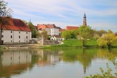 Den forntida staden av Straubing på Danubet River Royaltyfria Foton