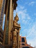 Den forntida statyn av den jätte- förmyndaren på den storslagna slotten i Bangkok arkivfoton