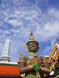 Den forntida statyn av den jätte- förmyndaren på den storslagna slotten i Bangkok Royaltyfri Foto