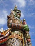 Den forntida statyn av den jätte- förmyndaren på den storslagna slotten i Bangkok Royaltyfria Foton