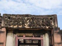 Den forntida stenen för en khmerkonstsand som snider historiska Phimai, parkerar Royaltyfri Bild