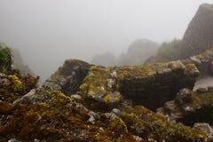 Den forntida stenen fördärvar i mist på Inca Trail peru härligt dimensionellt diagram illustration södra tre för 3d Amerika mycke arkivfoto