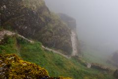 Den forntida stenen fördärvar i mist på Inca Trail peru härligt dimensionellt diagram illustration södra tre för 3d Amerika mycke royaltyfria foton